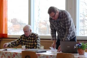 Kokouksen puheenjohtaja Humaloja ja sihteeri Saari aloittelevat kokousta